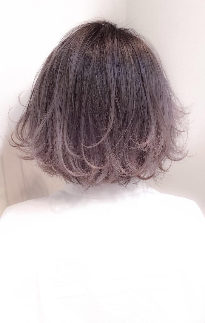 スガ シュンスケさんのヘアスタイルの写真。テーマは『グラデーションカラー、グラデーション、ハイトーン、ハイライト、ラベンダー、アッシュ、ボブ、ダークトーン、ダブルカラー、エフォートレス』