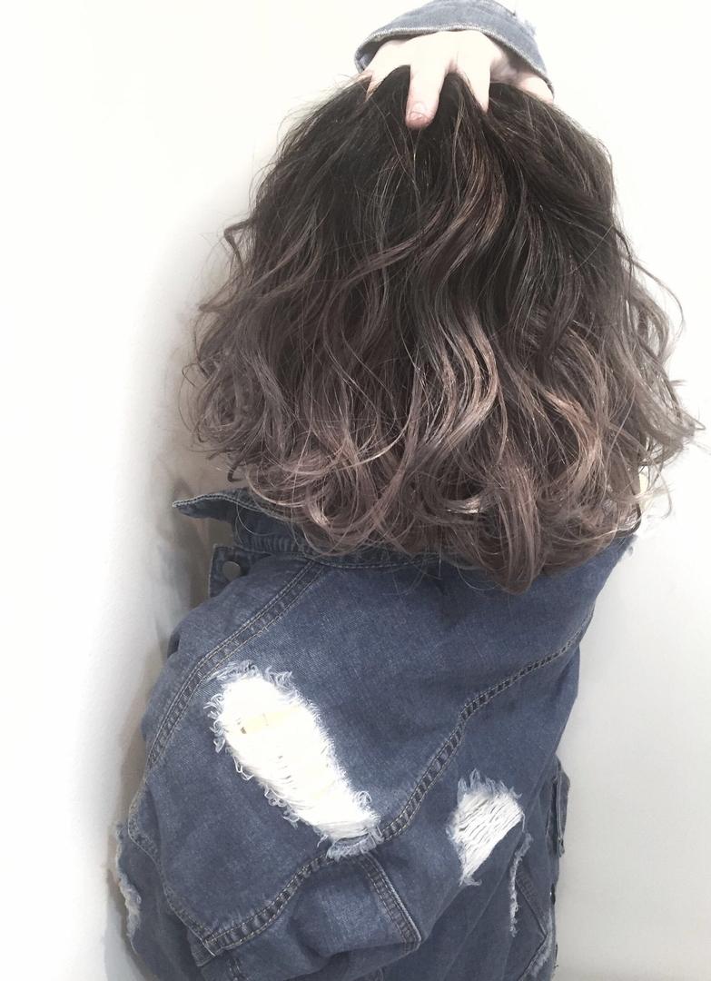 スガ シュンスケさんのヘアスタイルの写真。テーマは『グラデーションカラー、グラデーション、ハイライト、ダークトーン、外国人風、外国人風カラー、ミディアムスタイル、グレーアッシュ、グレージュ、アッシュ』
