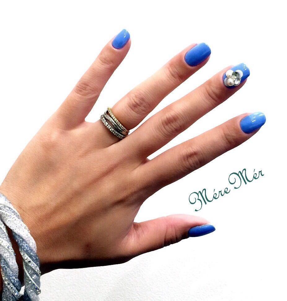 MéreMér SayakaAoeさんのネイルデザインの写真。テーマは『トレンドブルー、トレンドカラー、ビジューネイル、フラワービジュー』