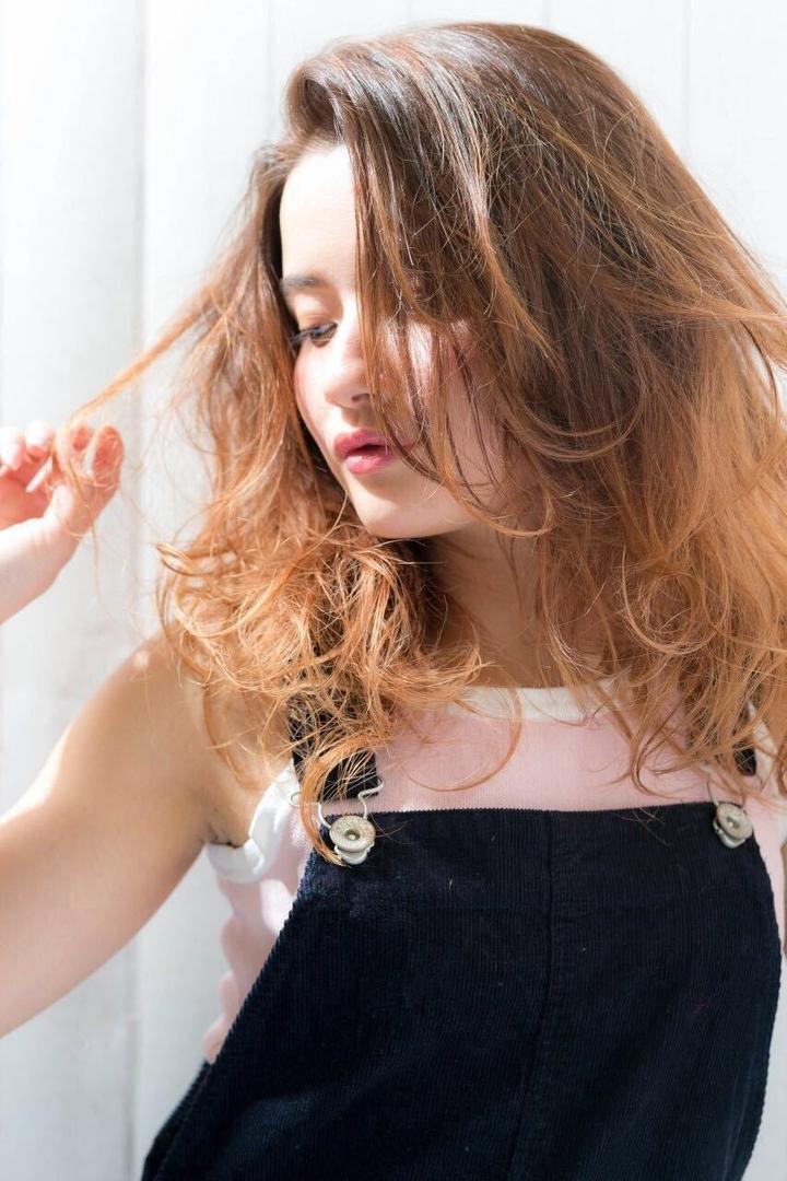 Kenji suzuki Tierraさんのヘアスタイルの写真。テーマは『ロングヘア、ロングレイヤー、グラデーションカラー、ハイライト、春ヘア、春カラー、流し前髪、外人風、tierraharajuku、ゆるぼさ、抜け感』