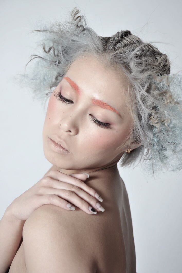 栗原貴史さんのヘアスタイルの写真。テーマは『クリエイティブ、PEEKABOO、mode』