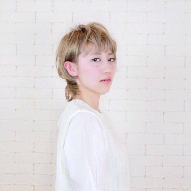 岩崎 桃子さんのヘアスタイルの写真。テーマは『ヘアスタイル、トレンド、PEEKABOO』
