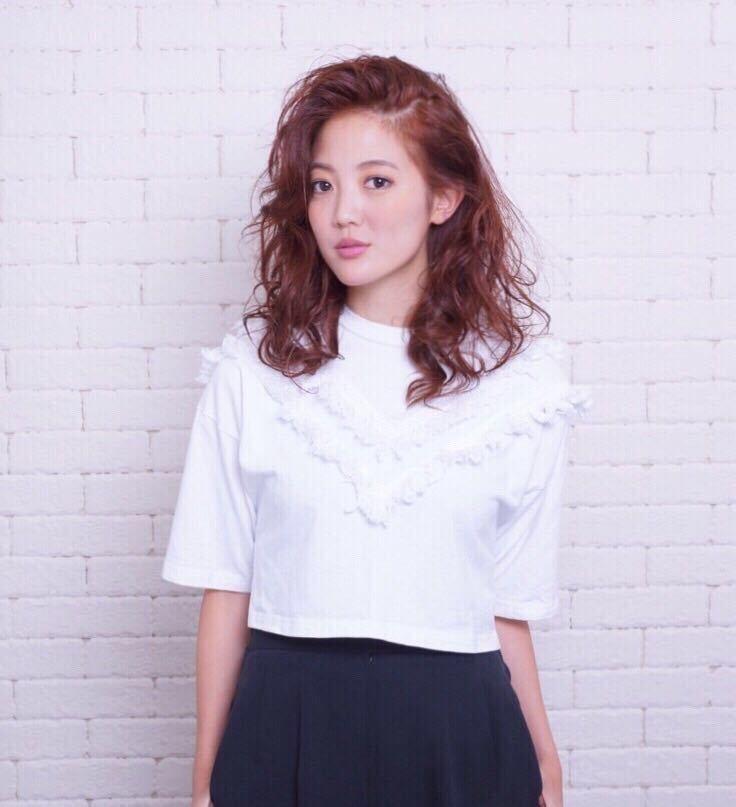 岩崎 桃子さんのヘアスタイルの写真。テーマは『秋カラー、パーマ、ミディアムスタイル、ミディアム、大人かわいい』