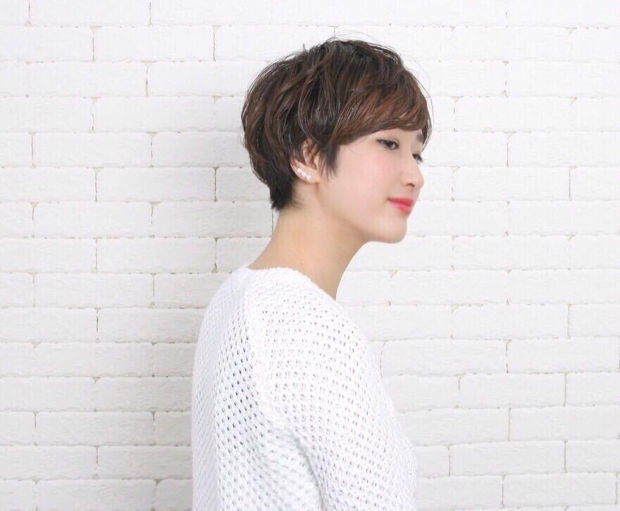岩崎 桃子さんのヘアスタイルの写真。テーマは『ヘアスタイル、PEEKABOO、ショートスタイル』