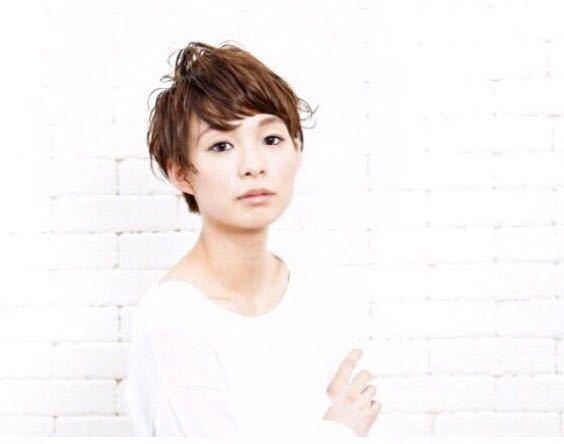 岩崎 桃子さんのヘアスタイルの写真。テーマは『ヘアスタイル、PEEKABOO、ショートヘア、ショート、ベージュカラー』