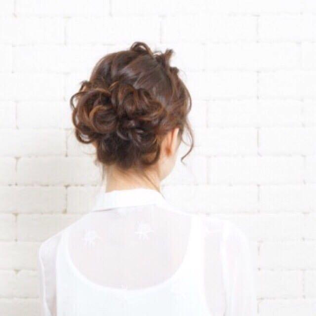 岩崎 桃子さんのヘアスタイルの写真。テーマは『ヘアスタイル、ヘアアレンジ、トレンド、PEEKABOO』