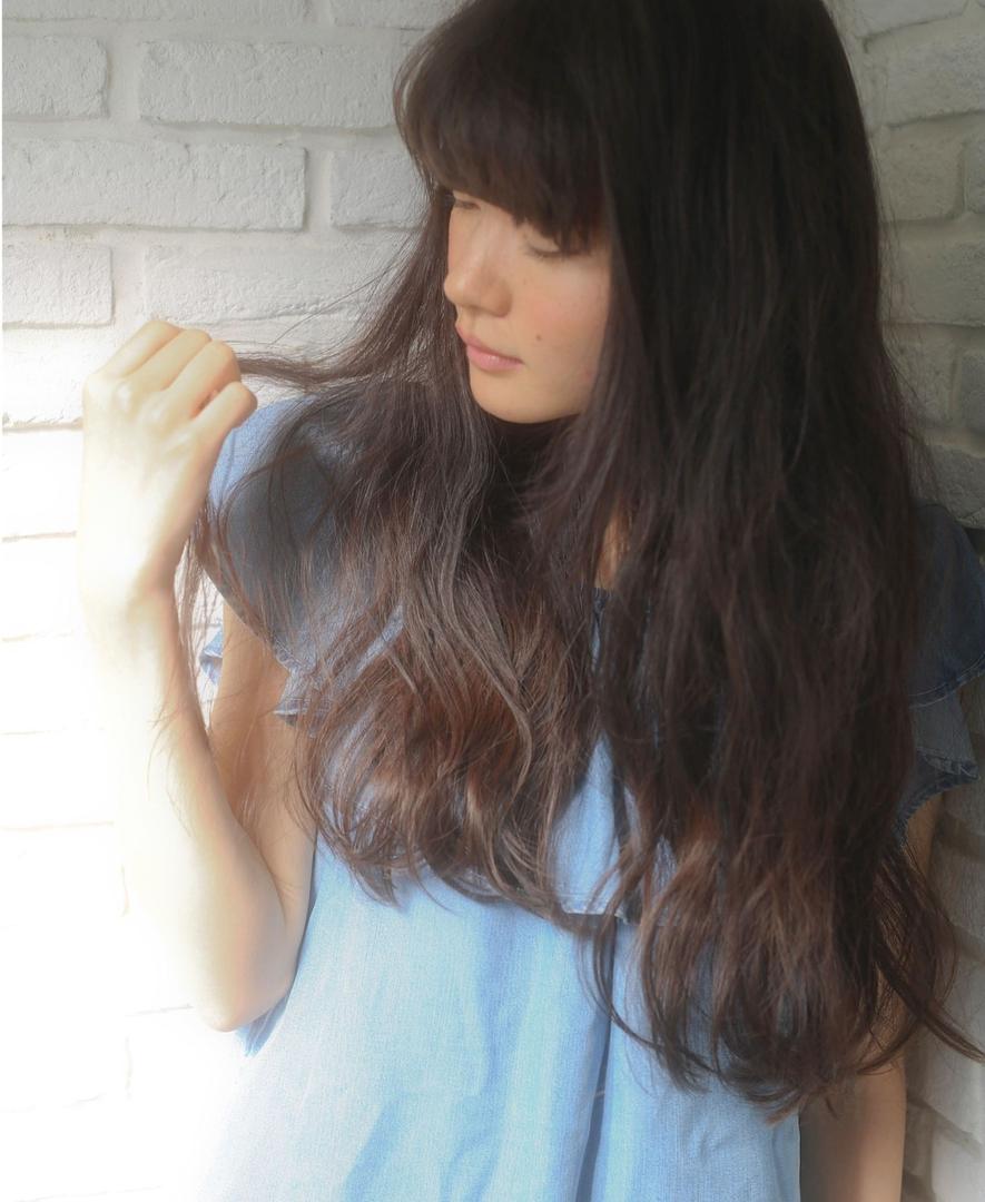 Tierra / 町田雄一さんのヘアスタイルの写真。テーマは『ナチュラル、カジュアル、ブルージュ、ぱっつん前髪、黒髪、暗髪、切りっぱなし、ロング、パーマ、デジタルパーマ、アッシュ、夏オススメ、ヘアスタイル、前髪、原宿、表参道、美容室、美容師』