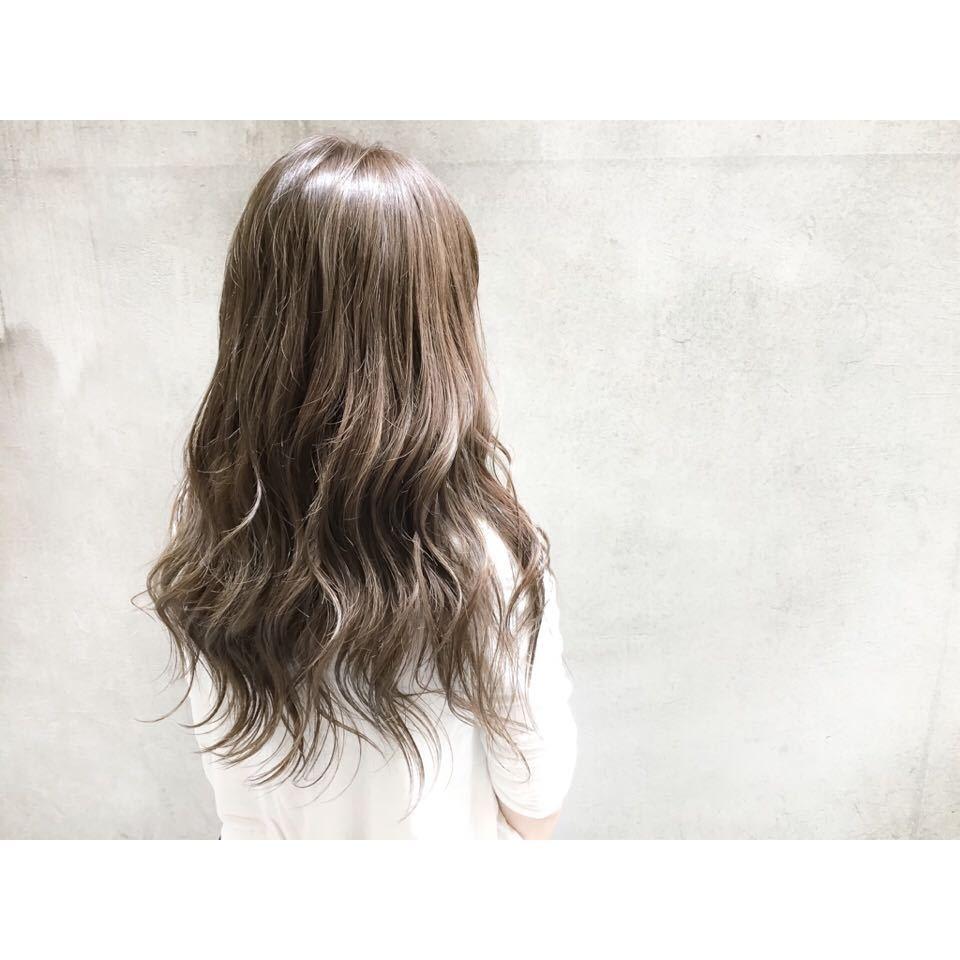 スガ シュンスケさんのヘアスタイルの写真。テーマは『ダブルカラー、ベージュ、ハイライト、グレージュ、ハイトーン、ダークトーン、透明感、外国人風、グラデーション、ヘアー、hair、ヘアアレンジ、アッシュ、暗髪、パーマ、ウェーブ、ウェーブパーマ、ニュアンスウェーブ、ワンカール、簡単スタイリング、マーメイドアッシュ、オリーブグレー、ラベンダー、セミロング、ロング、アッシュグレージュ、ナチュラル、大人かわいい、ゆるふわ、エフォートレス、抜け感』