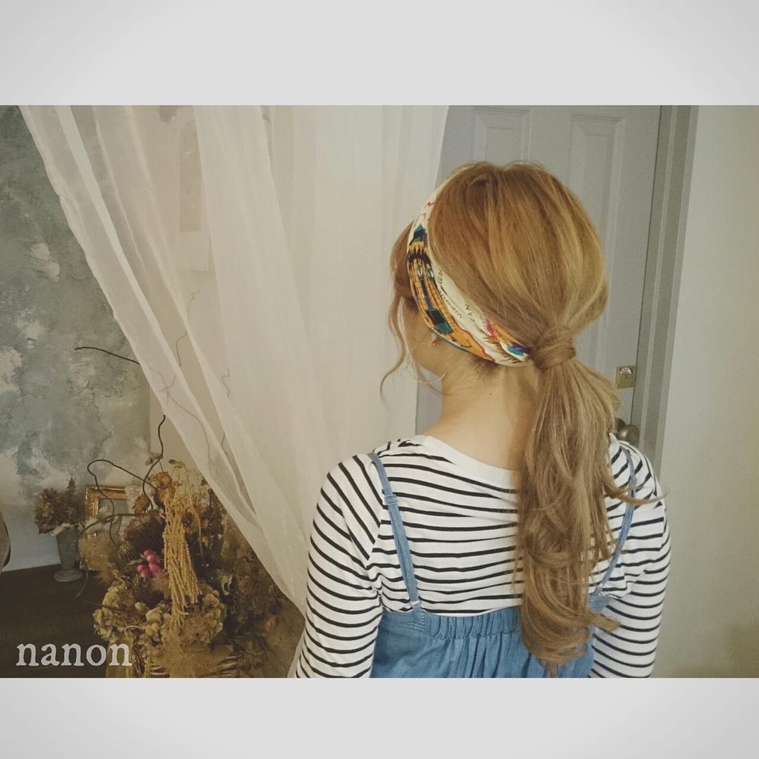 浦川 由起江さんのヘアスタイルの写真。テーマは『スカーフをターバン風に、下目ポニー』
