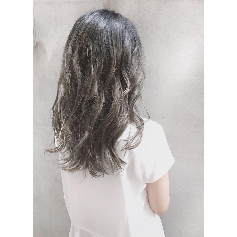 ロングに人気の髪色ツヤと透明感の絶妙なニュアンスがスケルトングレーの魅力