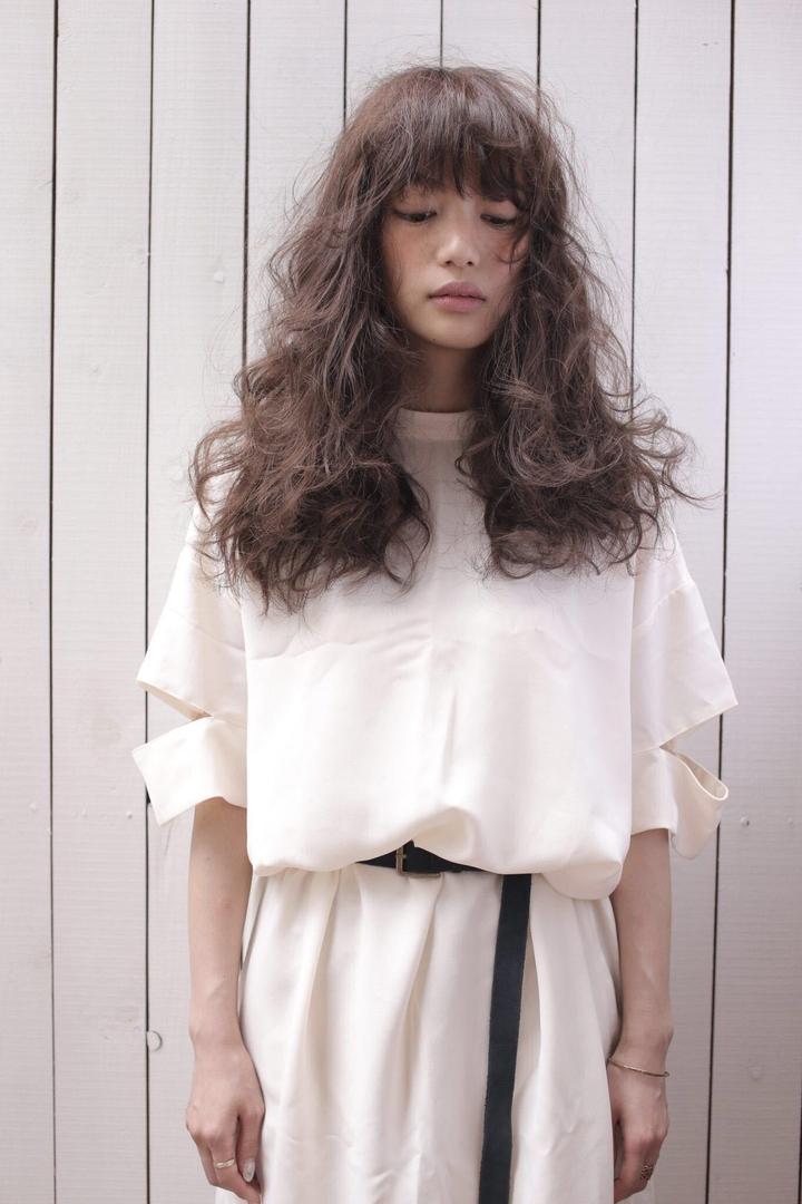 Kenji suzuki Tierraさんのヘアスタイルの写真。テーマは『ナチュラル、ニュアンスパーマ、パーマスタイル、イルミナカラー、ボリューム、tierraharajuku、ロングヘア、エフォートレス』