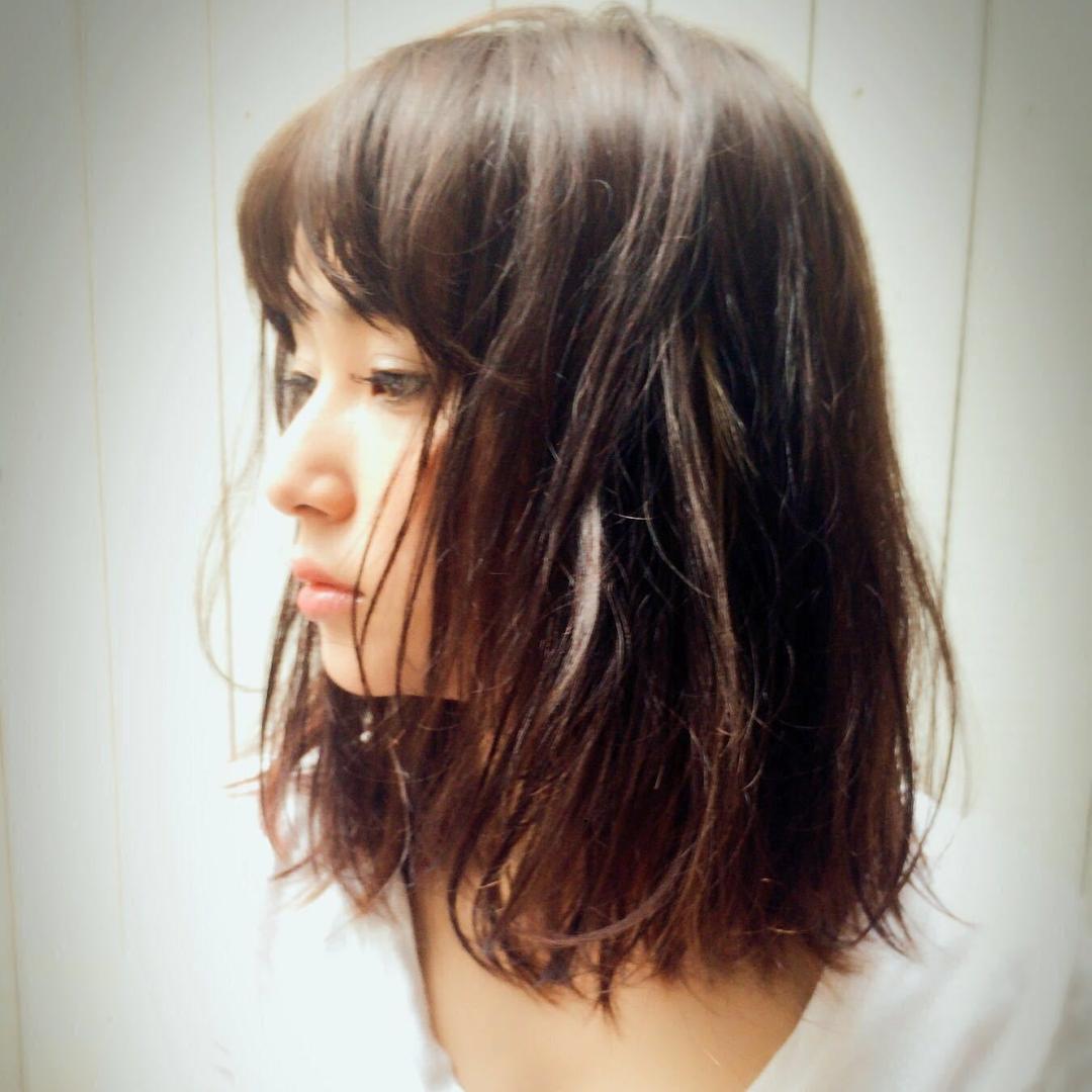 Kenji suzuki Tierraさんのヘアスタイルの写真。テーマは『ベビーバンク、ウザバング、セミウェット、ナチュラル、tierraharajuku、イルミナカラー、ベージュカラー、長めボブ、ハイライト、エフォートレス』