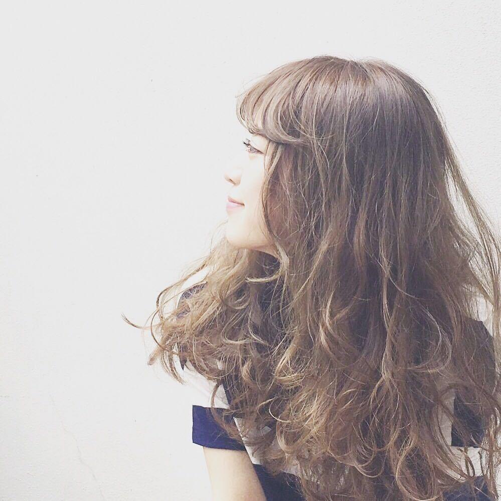 Kenji suzuki Tierraさんのヘアスタイルの写真。テーマは『tierraharajuku、ロングヘア、ウェーブパーマ、ボリューム、ベージュカラー、イルミナカラー、ナチュラル、ニュアンスパーマ、エフォートレス』