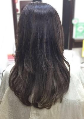 外国人風ナチュラルグレージュグラデーションカラー http://shampoo-hair.org/category14/entry44.html  ベースの状態のオレンジっぽさを消す為に アッシュ、グレーのダブルカラーで透明感のあるカラーに仕上げました! 根元を暗めに設定してあるので伸びてきた毛が目立ちません♪  #秋カラー #アッシュグレージュ #アッシュ #グレーアッシュ #グラデーションカラー #グラデーション #ロング #セミロング #ロングスタイル #ロングヘア