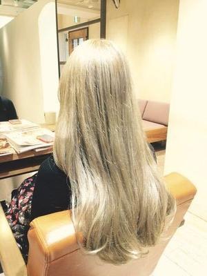 オススメカラー🎵 明るい髪は夏だけのイメージが強いけど、冬だってもちろんアリ👍 むしろ冬ならではのカラー🌟 そう! ゲレンデマジック👍👍