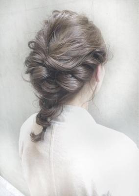 Tierra スガが作る大人可愛いダウンヘアアレンジ☆*ロープ編み、編み込み、くるりんぱを使ってゆるく柔らかな雰囲気でおしゃれ感を出し与えて…カラーはオリジナルカラーのオリーブグレーで透明感を☆  #ダブルカラー #ベージュ #ハイライト #グレージュ #ハイトーン #ダークトーン #透明感 #外国人風 #グラデーション #ヘアー #hair #ヘアアレンジ #アッシュ #グレージュ #暗髪 #ダークトーン #パーマ #ウェーブ #ウェーブパーマ #ニュアンスウェーブ #ワンカール #簡単スタイリング #マーメイドアッシュ #オリーブグレー #ラベンダー #ピンク #マッシュ #ショートヘアー #ショートボブ #ストレートパーマ #縮毛矯正 #おフェロ #ショートバング #ベビーバング #パーティーアレンジ #お呼ばれヘア