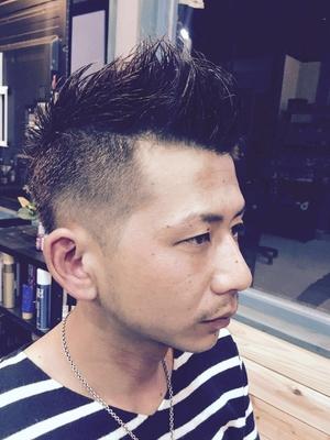 サイド〜ハチ回りにかけて刈り上げ元々ツーブロックを活かしトップは流すモヒカンスタイル。  白髪を馴染ませるために少し明るめのカラーはマットアッシュを使用  鹿児島の深夜遅くまで営業している美容室kaze  #ショート #メンズカット #鹿児島 #美容室 #男性 #スタイル #短髪 #男性ショート