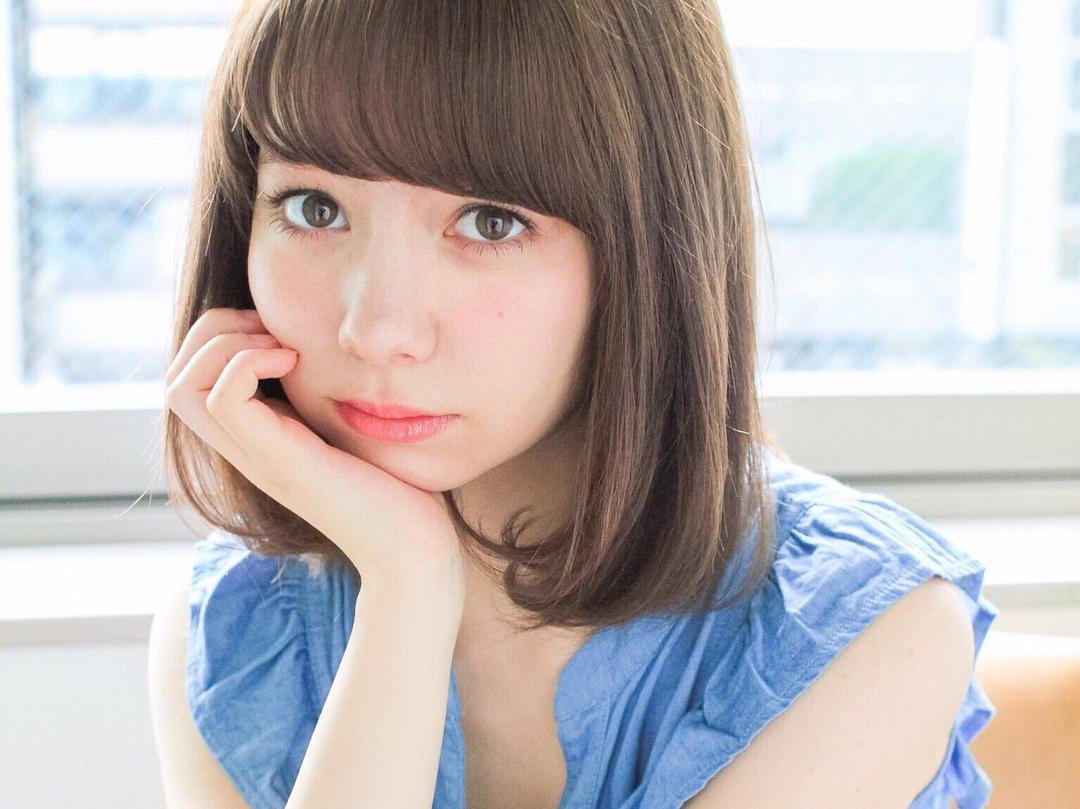 ミディアムに人気の髪色オリーブカラーの可愛らしく上品なスタイルはどんなシーンにも合う万能タイプ