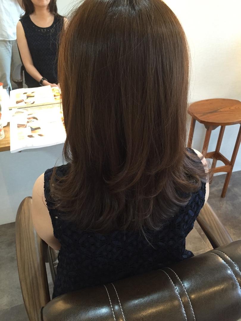 美香さんのヘアスタイルの写真。テーマは『セミロング、ミディアムヘア、外はね、イルミナカラー、オーキッド、ゆる巻き、カット』