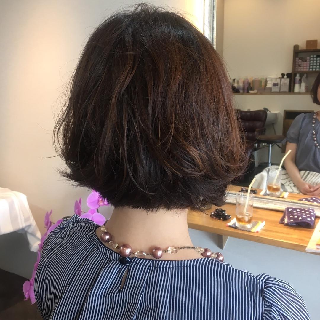 美香さんのヘアスタイルの写真。テーマは『ショートボブ、パーマ、くせ毛風、ボブスタイル、コスメパーマ、イルミナカラー、サファリ』