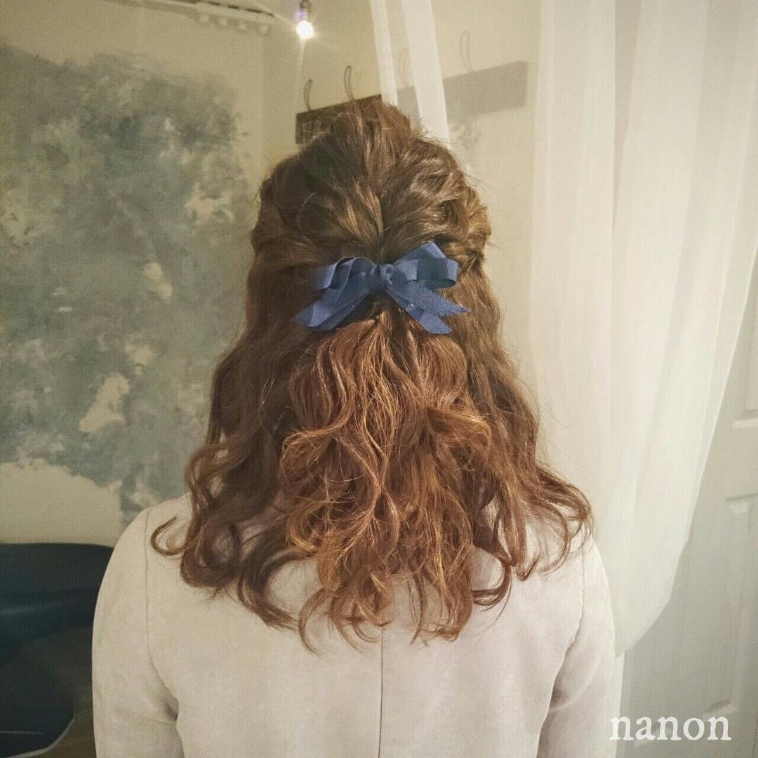 浦川 由起江さんのヘアスタイルの写真。テーマは『ダウンアレンジ、波ウェーブ、ヘアアレンジ』