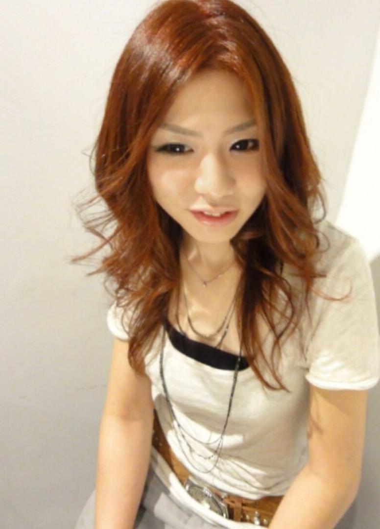 中村 祐輔さんのヘアスタイルの写真。テーマは『秋色、センターパート、外ハネ、セミロング』