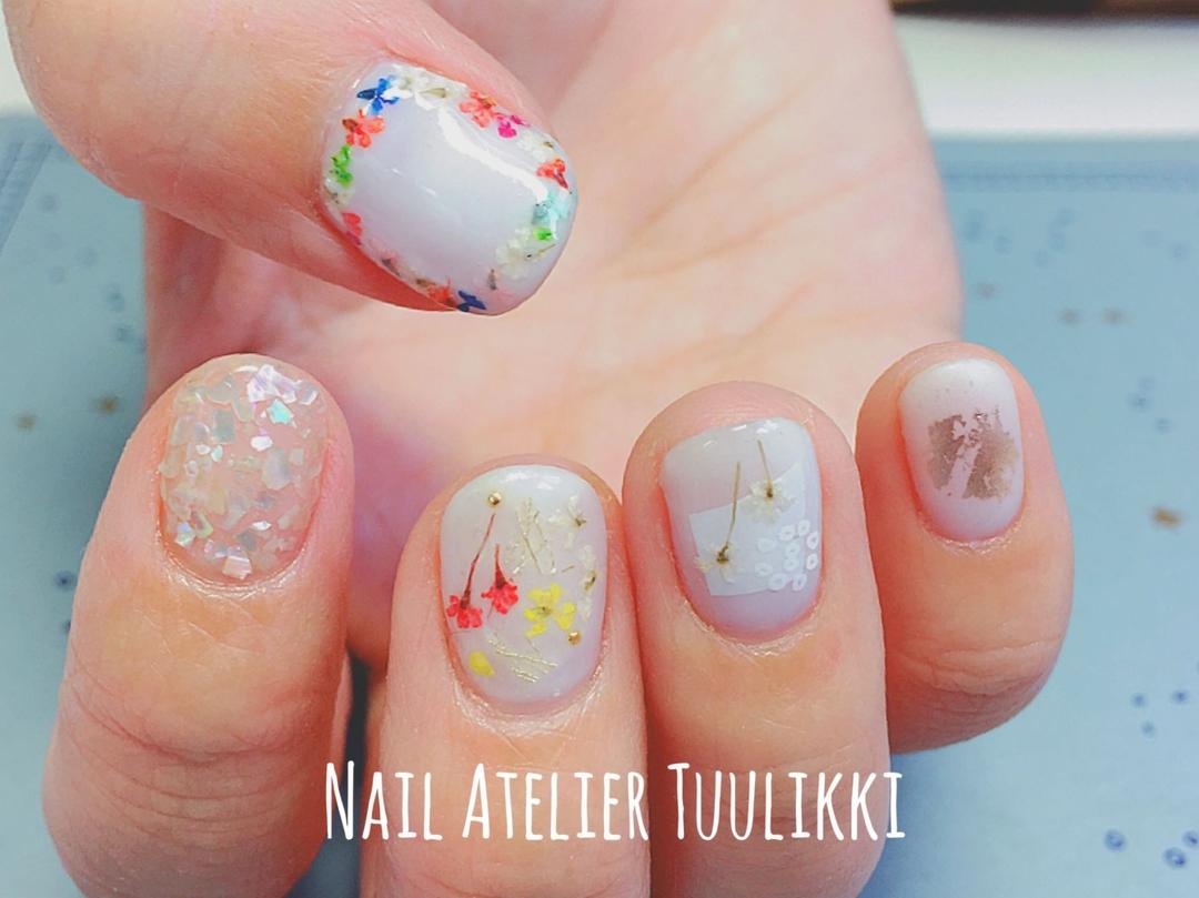 梅津夕想さんのネイルデザインの写真。テーマは『nail2016w、押し花ネイル、冬ネイル、冬カラー、winternail、冬デート、ドライフラワーネイル、ショートネイル、短い爪が好き、シェルネイル、ホイルネイル』