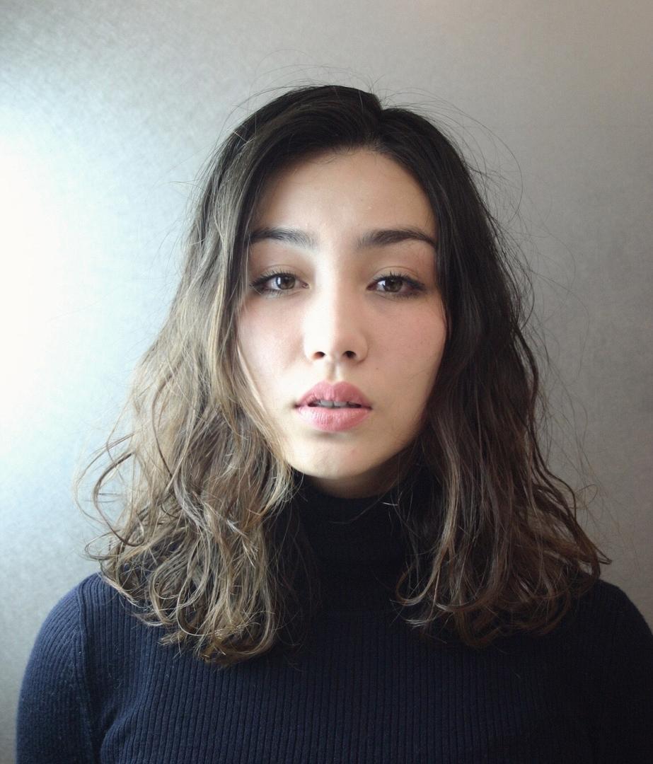 斎藤駿斗さんのヘアスタイルの写真。テーマは『セミロング、ミディアム、アッシュグレー、グラデーション、外人風、パーマ』