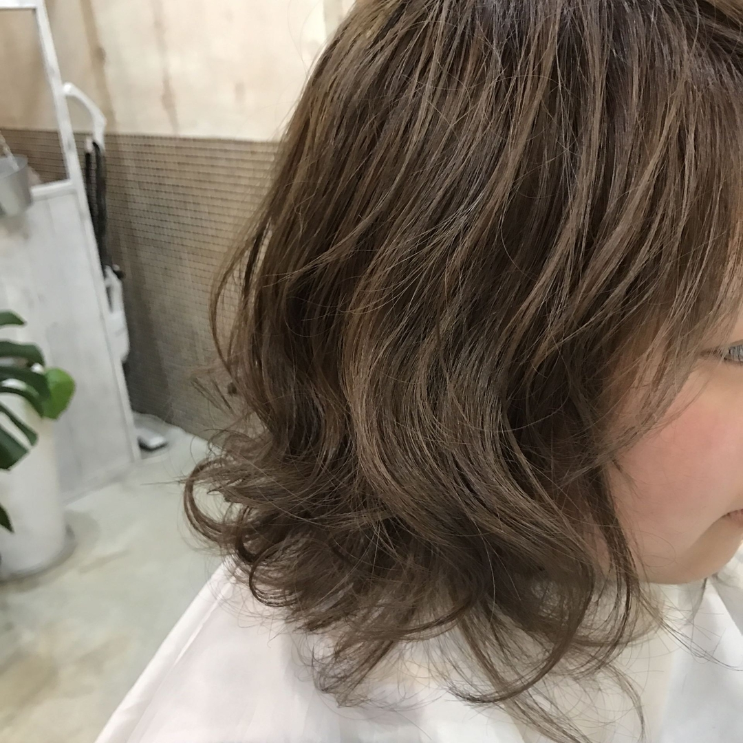 YUSUKE NAKAMURAさんのヘアスタイルの写真。テーマは『ミディアム、ハホニコ、アッシュ、褒められ髪、オトナ可愛い』