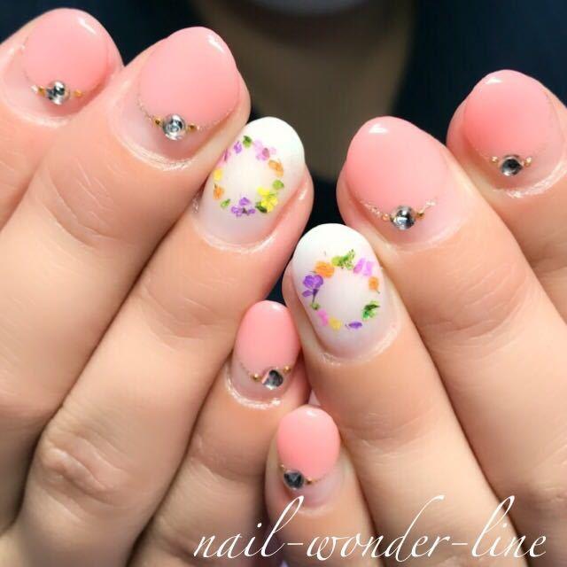 nail-wonder-lineさんのネイルデザインの写真。テーマは『押し花ネイル、ドライフラワー、丸フレンチ、変形フレンチ、ピンク、ビジューネイル、春ネイル』