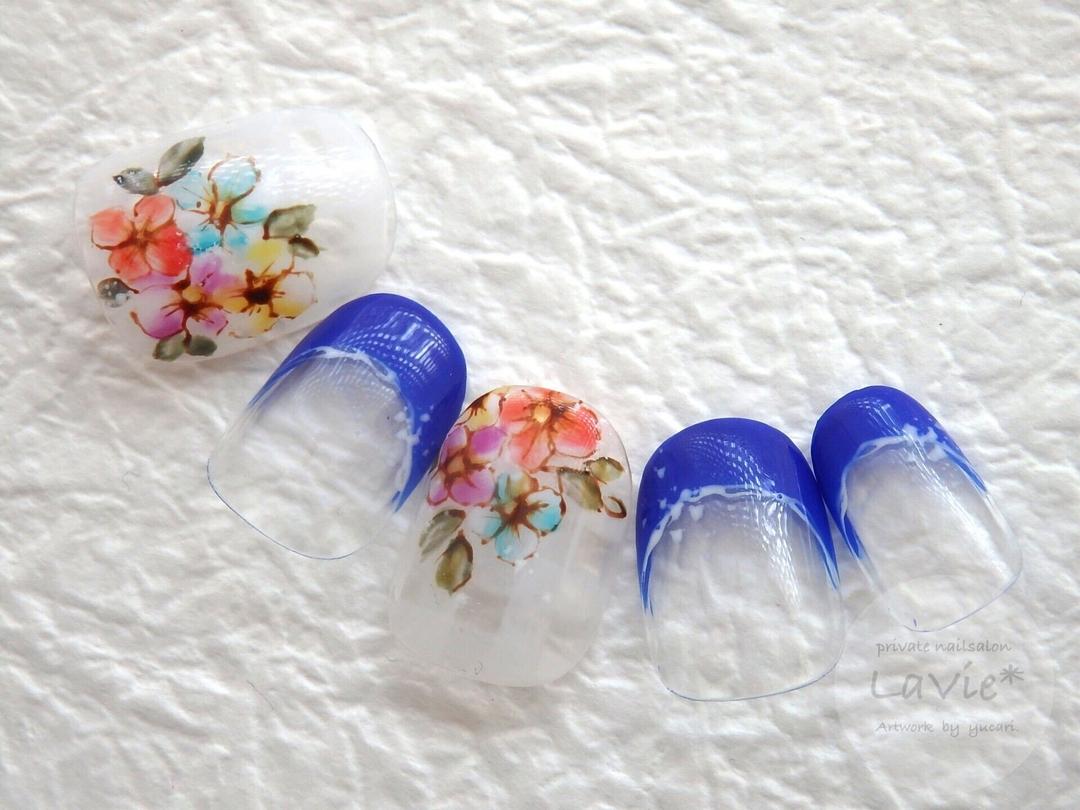 yucari.さんのネイルデザインの写真。テーマは『nailsalonlavie、ネイルサロンラヴィ、yucarinails、trend、abyssblue、アビスブルー、花柄ネイル、手描きアート、handpainted、春ネイル、大人可愛い、大人のオシャレ、上品ネイル、ショートネイル、ジェルネイル、ネイルアート、ネイルデザイン』