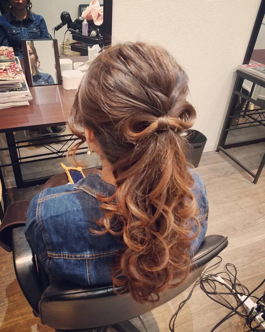 平原舞さんのヘアスタイルの写真。テーマは『宮崎市STELLA、宮崎市ヘアセット、ヘアセット、ヘアセット専門、セットサロン、ヘアアレンジ、アップスタイル、宮崎市、宮崎、結婚式、ポニーテール、りぼん』