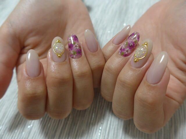 JUNOさんのネイルデザインの写真。テーマは『nail、nailart、gelnail、ネイル、ネイルアート、ジェルネイル、定額ネイル、フラワーネイル、花柄ネイル、ドライフラワーネイル、押し花ネイル、ドライボタニカル、手描きアート、ブローチネイル、gemgel、abgel、abconcierge、kokoist、フィルイン、juno、つくば、つくば市ネイルサロン』
