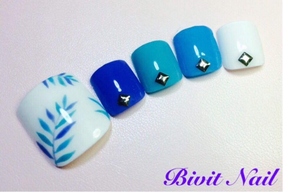 Bivit Nailさんのネイルデザインの写真。テーマは『ジェルネイル、石岡市内、自宅サロン、フットネイル、ボタニカル、ブルー、ホワイト、夏ネイル、夏』