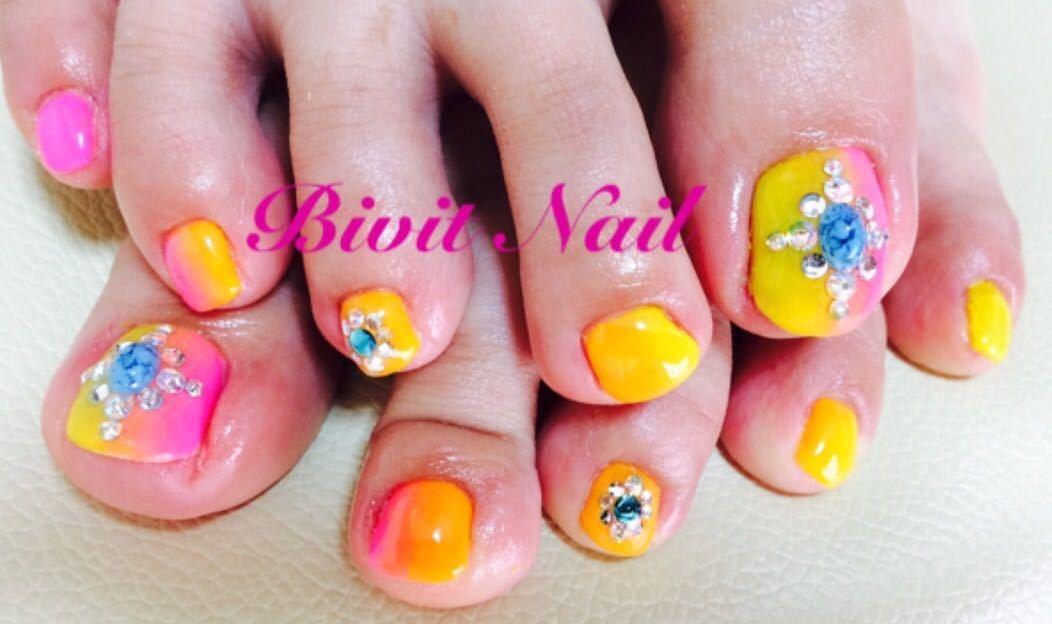 Bivit Nailさんのネイルデザインの写真。テーマは『フットネイル、自宅サロン、石岡市内、ジェルネイル、夏ネイル、夏、ネオンカラー、縦グラデーション、ピンク、イエロー、オレンジ、ターコイズ』