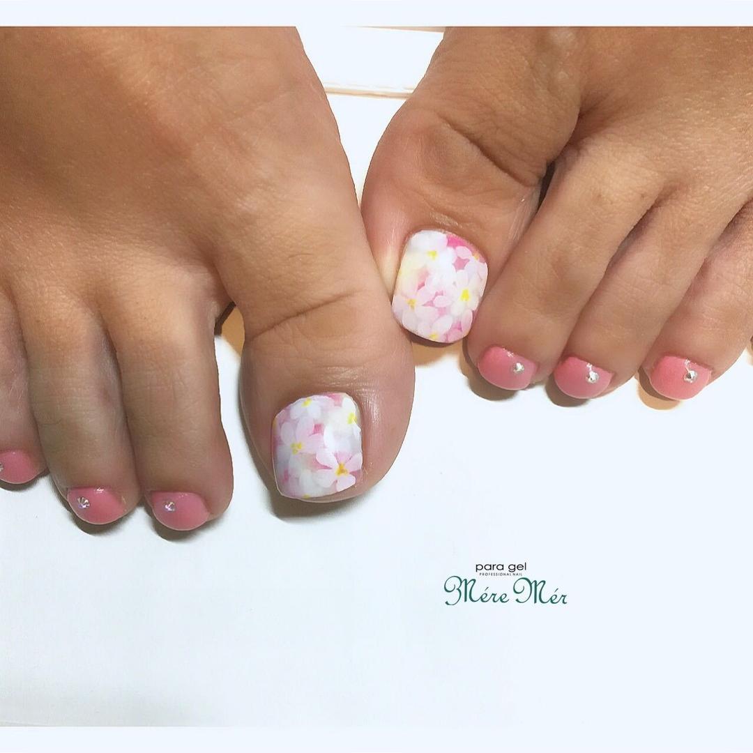 Satomi Kawamitsuさんのネイルデザインの写真。テーマは『お花、トレンド、スワロフスキー、オフィスネイル、ワンカラーネイル』