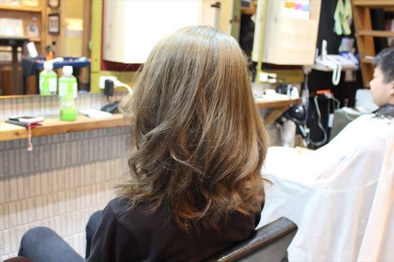 zyosehustepさんのヘアスタイルの写真。テーマは『ダークグレー、グレージュ、カラー、落ち着いた、アッシュ、グレー、ダーク、暗めヘア、アッシュグレージュ、ダブルカラー、ベージュ、ハイライト、ハイトーン、ダークトーン、透明感、外国人風、グラデーション、ヘアー、hair、ブルージュ、暗髪、パーマ、ウェーブ、ウェーブパーマ、ニュアンスウェーブ、オリーブグレー、おフェロ、外ハネ、セミロング、ロング、ショートボブ、ボブ、春ヘア、ゆるぼさ、耳掛け、ナチュラル、大人かわいい、ゆるふわ、エフォートレス、春カラー、抜け感』