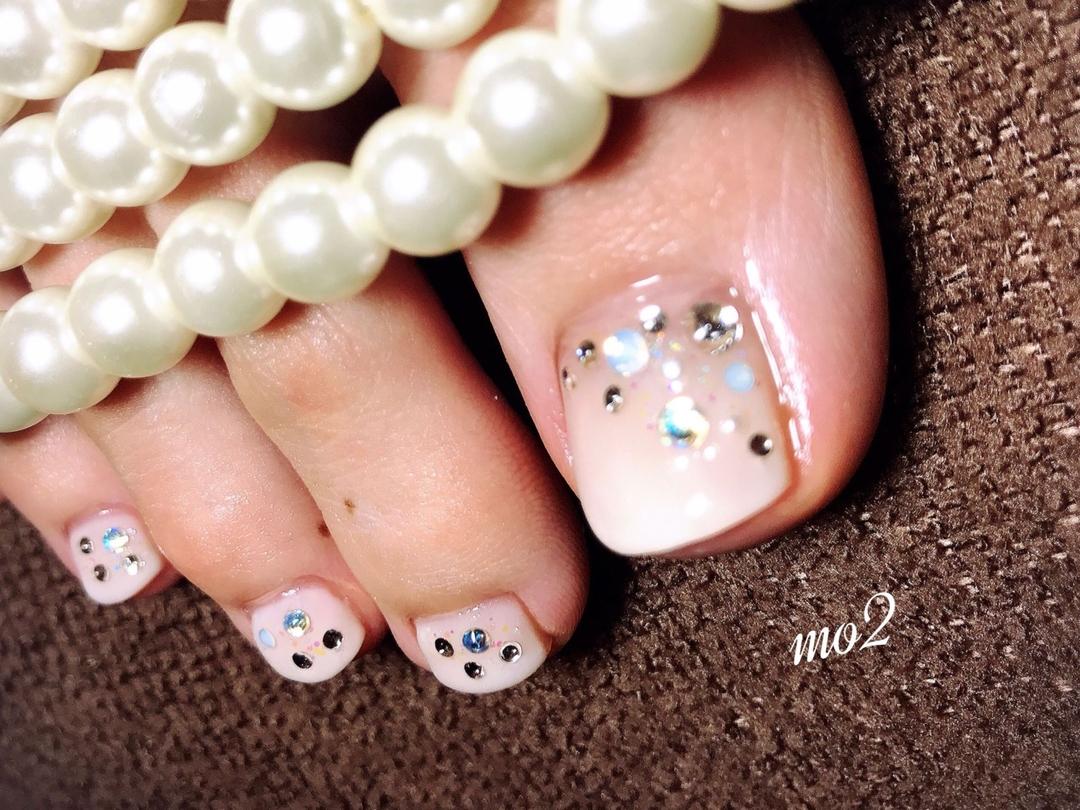 mo2さんのネイルデザインの写真。テーマは『mo2、novobyshowroom、北九州市、小倉北区、nailstagram、nail、nailsalon、beauty、nailart、kokoist、美爪、美甲、美甲師、指甲、指甲彩繪、指甲畫花、大人女子、おしゃれ、2017、夏、白、ホワイトグラデーション、swarovski、キラキラネイル、mismarias、footnail、フットネイル』