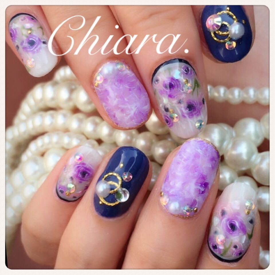 YokoShikata♡キアラさんのネイルデザインの写真。テーマは『フラワーネイル、花柄ネイル、手描きネイル、パープル、タイダイ、ネイビー、シアーネイル、大人ネイル、ネイルデザイン』