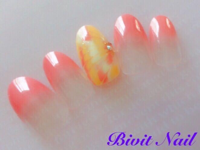 Bivit Nailさんのネイルデザインの写真。テーマは『石岡市内、自宅サロン、ジェルネイル、定額ネイル、グラデーション、ピーコック、オレンジ、イエロー』