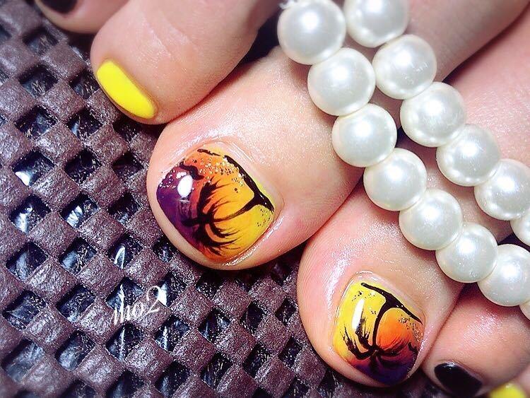 mo2さんのネイルデザインの写真。テーマは『mo2、novobyshowroom、北九州市、小倉北区、nailstagram、nail、nailsalon、小倉ネイル、北九州ネイルサロン、instanails、beauty、nailart、kokoist、美爪、美甲、美甲師、指甲、指甲彩繪、指甲畫花、爪、mismarias、ジェルネイル、nails、パームツリー、ヤシの木、サンセット、フットネイル』