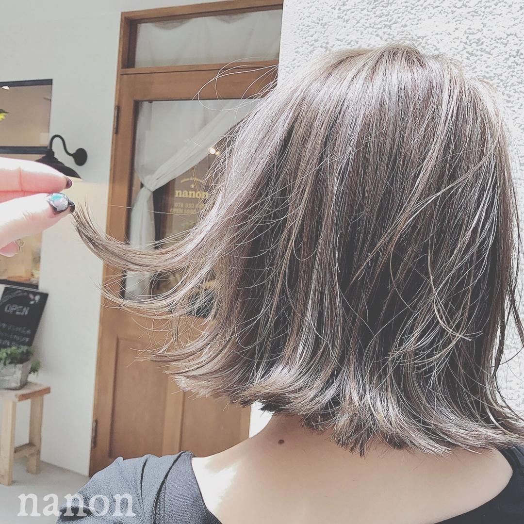 浦川 由起江さんのヘアスタイルの写真。テーマは『切りっぱなしボブ、グレージュカラー、グレイアッシュ、外ハネボブ、外国人風カラー』