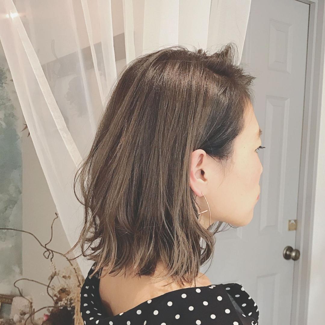 浦川 由起江さんのヘアスタイルの写真。テーマは『外国人風カラー、外ハネボブ、グレイアッシュ、ハイライト、切りっぱなしボブ』