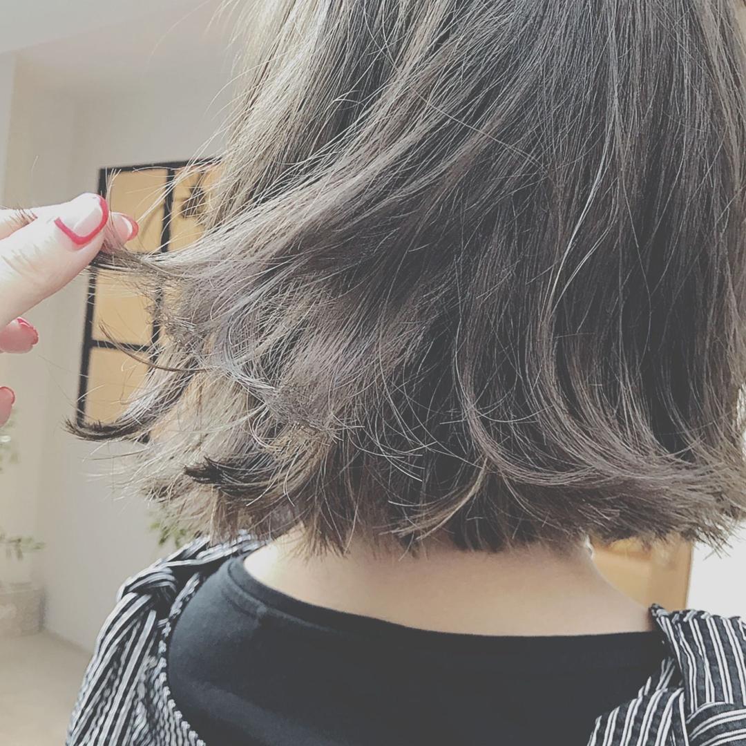 浦川 由起江さんのヘアスタイルの写真。テーマは『グレージュ、ハイライト、アッシュ、アッシュグレージュ、外国人風カラー』
