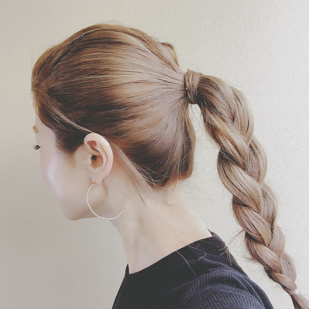 浦川 由起江さんのヘアスタイルの写真。テーマは『アッシュグレージュ、ヘアアレンジ、ポニーテール、三つ編み』