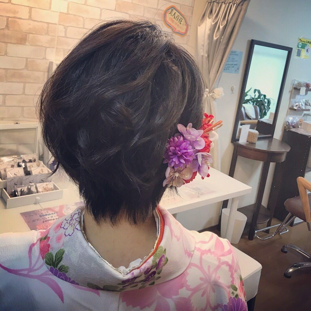 Moriyama  Mamiさんのヘアスタイルの写真。テーマは『袴、ショート、大人可愛い、福岡ヘアセット、天神、ヘアアレンジ、ヘアーセット、中洲ヘアセット、ボディージュエリー福岡、Threekeys、スリーキーズ、着物、福岡ヘアサロン、ブライダル、結婚式、ブライダルヘアー、花嫁、着付け、着物ヘア、成人式、和装ヘア、プレ花嫁、ヘアセット専門、卒業式、浴衣レンタル、女子会、オトナ女子、着物レンタル、浴衣、働く女子』
