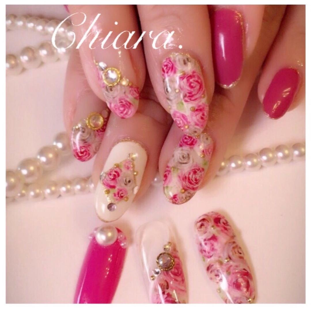 YokoShikata♡キアラさんのネイルデザインの写真。テーマは『フラワーネイル、花柄ネイル、ローズ、手描きアート、手描きネイル、女子力、ネイルデザイン』