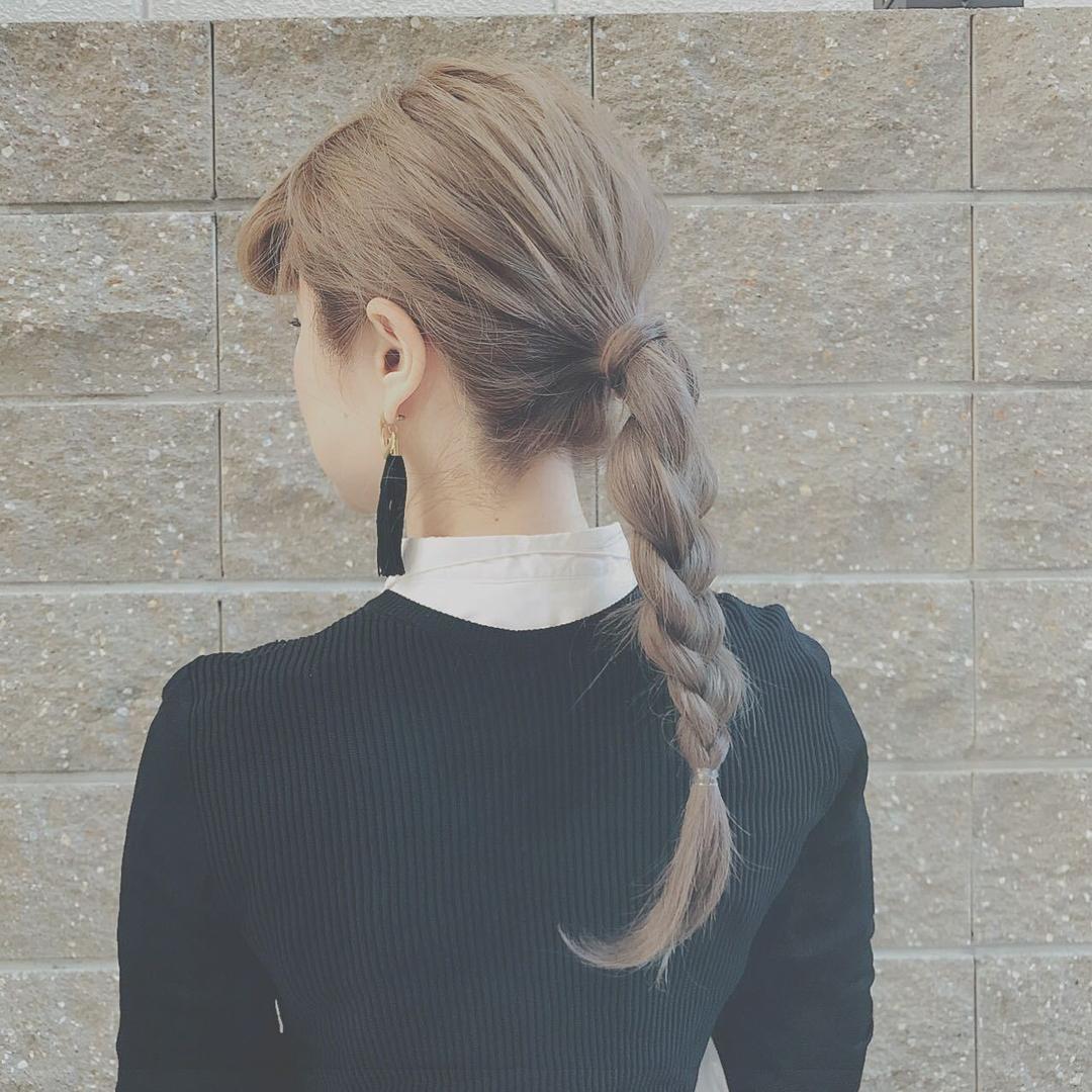 浦川 由起江さんのヘアスタイルの写真。テーマは『ヘアアレンジ、三つ編みポニー、グレージュ、外国人風カラー』