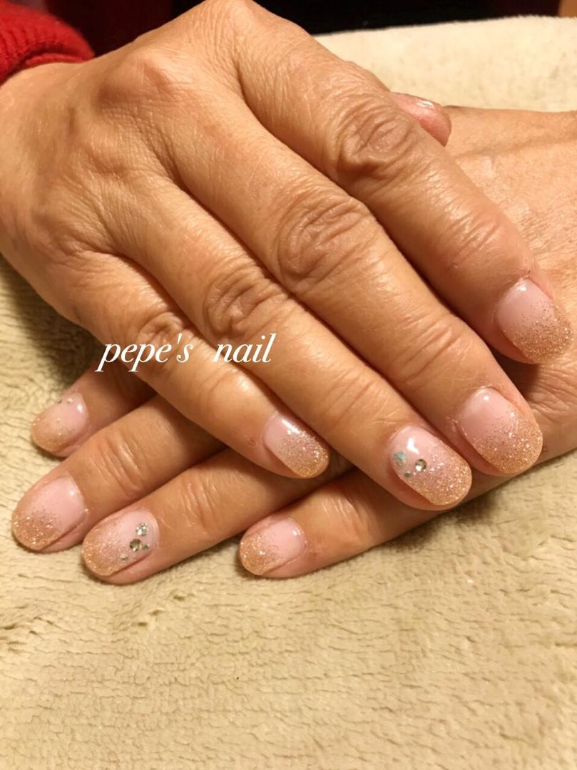 pepe's nailさんのネイルデザインの写真。テーマは『pepesnail、gelnail、nail、nailart、ネイル、ネイルアート、グラデーション、ラメグラデーション、ワンカラー、秋冬ネイル、シンプルネイル、calgel、paragel、お家ネイル、handnail、ハンドネイル、スワロフスキー、ブロンズィピンク』