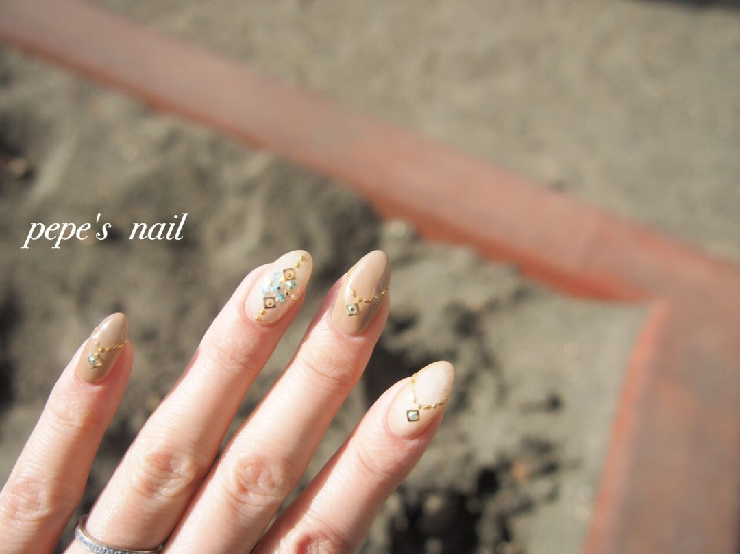pepe's nailさんのネイルデザインの写真。テーマは『pepesnail、gelnail、nail、nailart、ネイル、ネイルアート、ワンカラー、ストーンうめつくし、冬ネイル、シンプルネイル、calgel、paragel、vetro、お家ネイル、handnail、ハンドネイル、スワロフスキー、スタッズ』